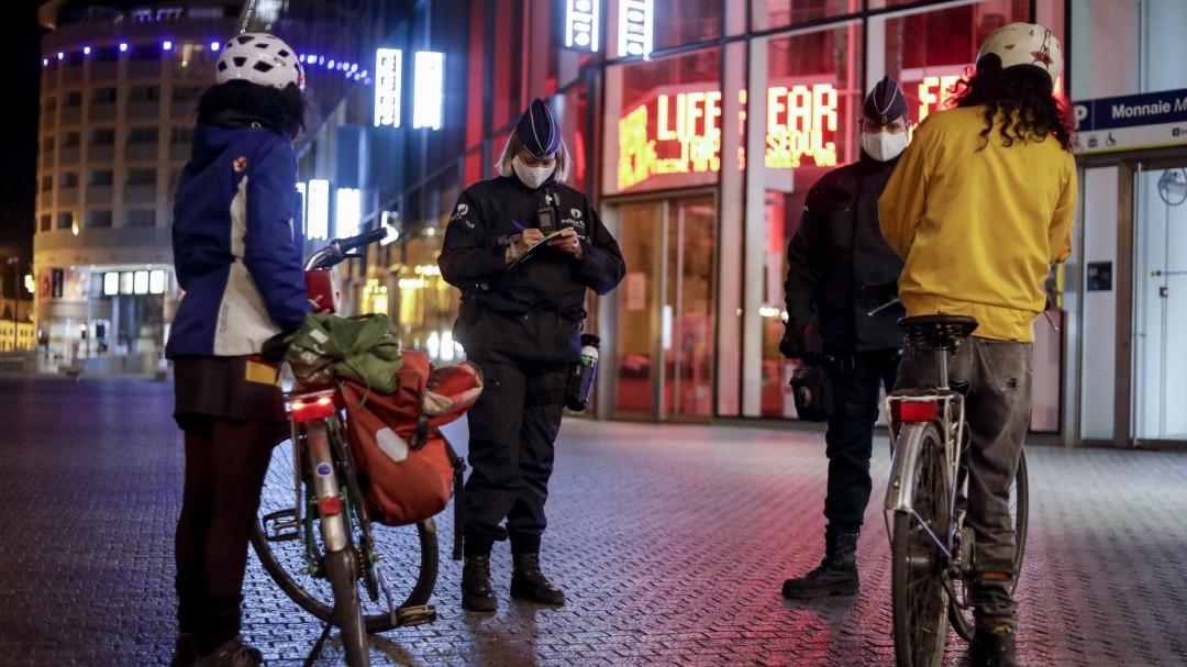 La mascarilla vuelve a ser obligatoria en Bruselas, que cierra los cines