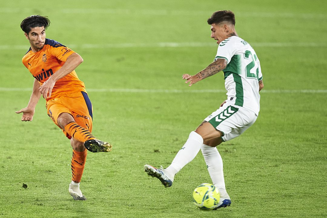 ELCHE, SPAIN - OCTOBER 23: Carlos Soler of Valencia CF (L) being followed by Emiliano Rigoni of Elche CF (R) during the La Liga Santader match between Elche CF and Valencia CF at Estadio Martinez Valero on October 23, 2020 in Elche, Spain. (Photo by Aitor Alcalde, Getty Images)