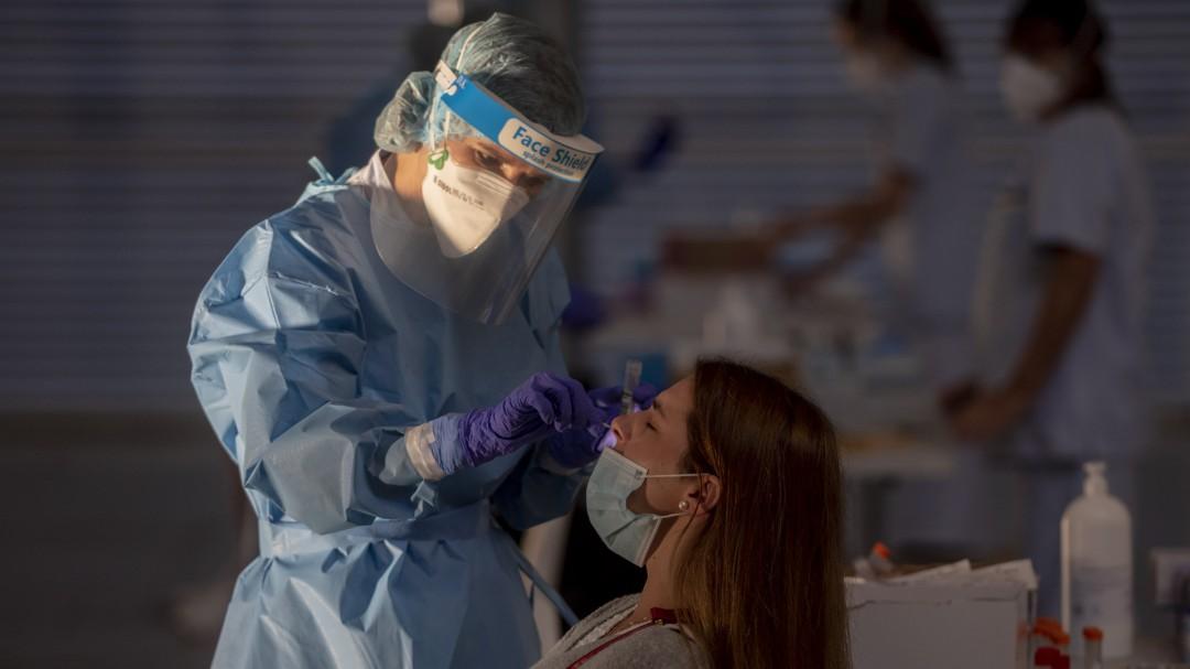 """""""No hay pandemia, la gente está muriendo por las vacunas"""": la reacción de una negacionista al rechazar una PCR"""