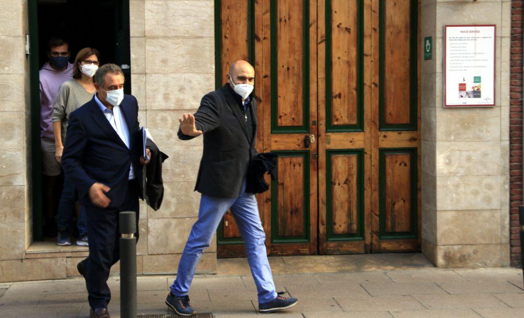 Xavier Vendrell sale de su domicilio, detenido por la Guardia Civil en una operación contra empresarios y políticos que financiaron el Procés.