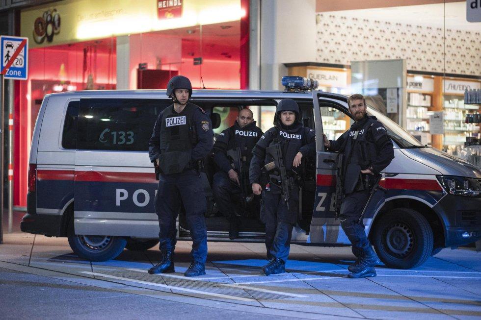 La policía descansa tras los ataques
