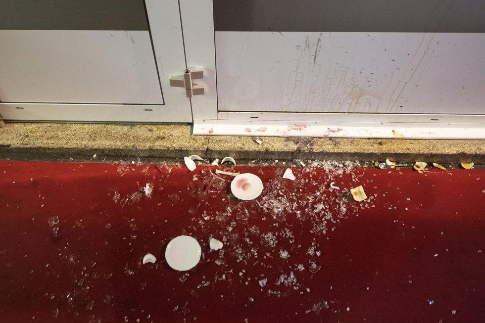 Platos rotos en una de las cafeterías donde se produjo el ataque