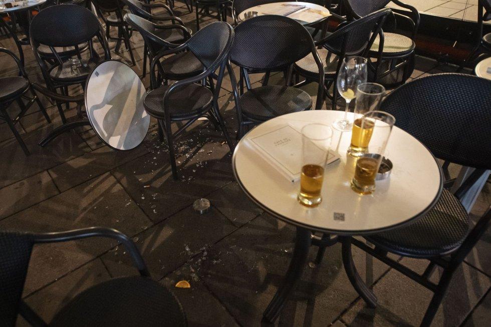 Así quedó una de las terrazas de un bar tras los disparos