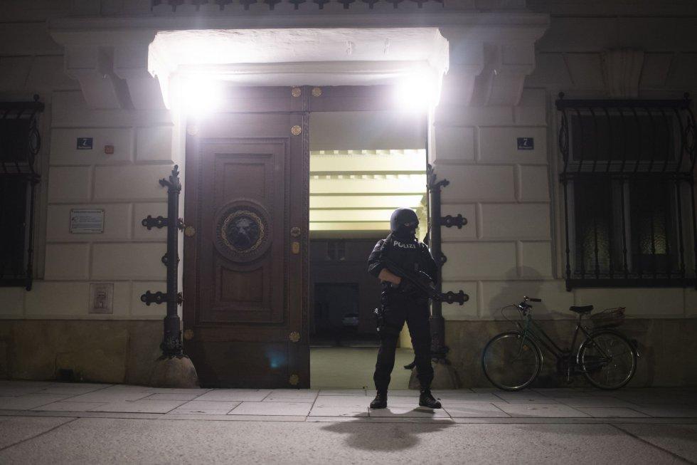Un policía frente al Ministerio de Interior de Austria