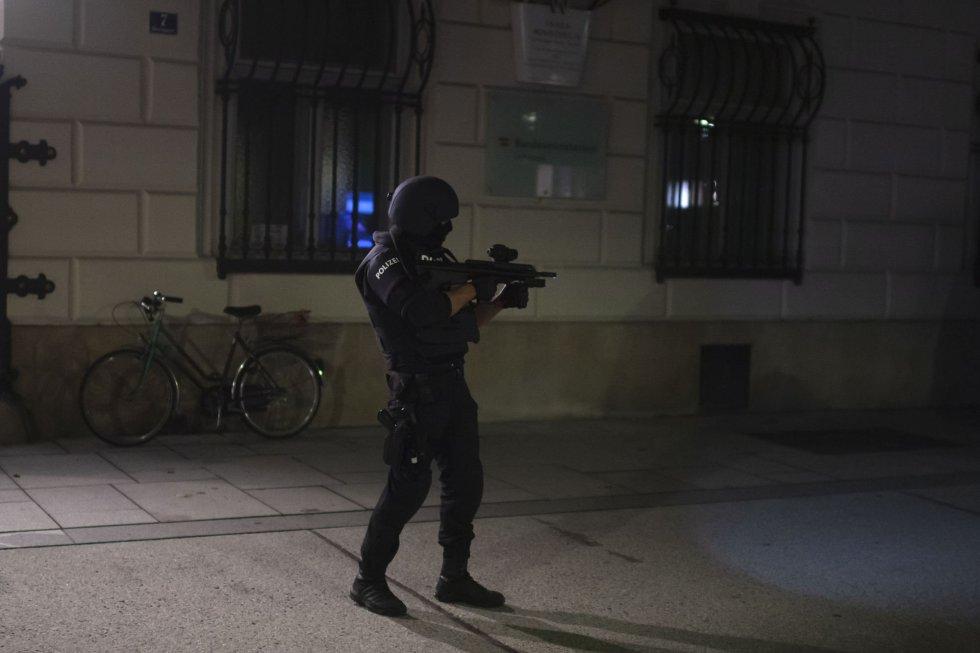 Un policía frente al Ministerio del Interior tras el ataque