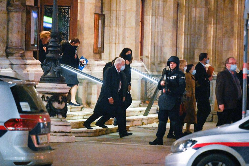 La policía custodia la salida de un señor del The Wiener Staatsoper (la ópera nacional de Viena)