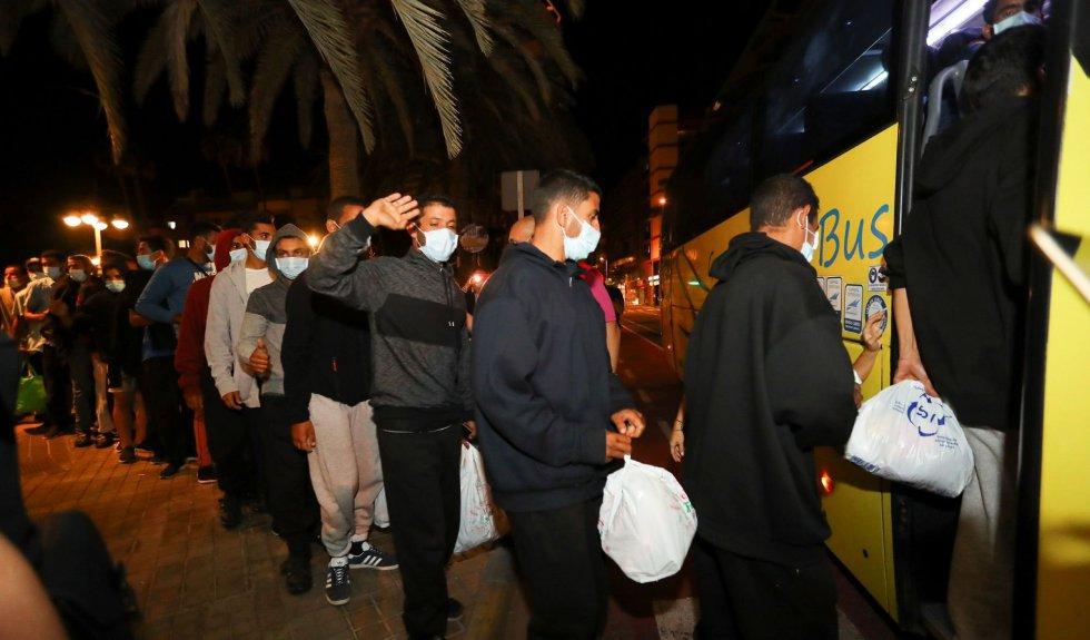 Los cerca de 200 inmigrantes marroquíes que se encontraban desde esta tarde frente la Delegación del Gobierno en Las Palmas de Gran Canaria son trasladados tras ser atendidos por los vecinos de la zona hasta que Migraciones y el Gobierno de Canarias se han encargado de su realojamiento.