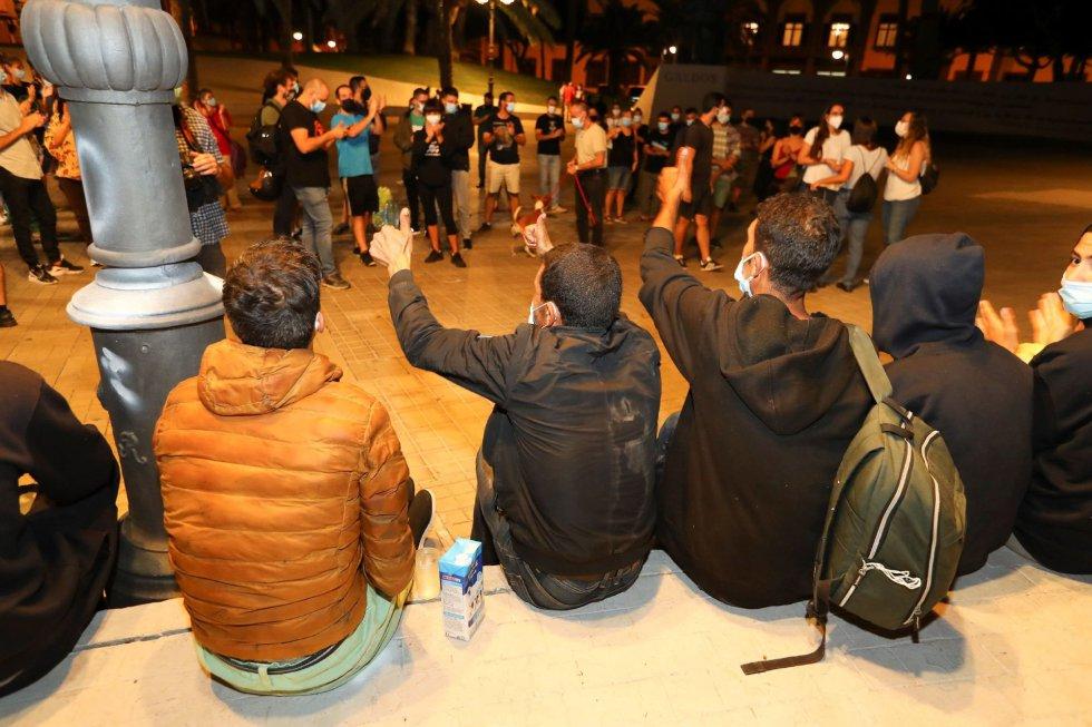 Los cerca de 200 inmigrantes marroquíes que se encontraban desde esta tarde frente la Delegación del Gobierno en Las Palmas de Gran Canaria están siendo trasladados tras ser atendidos por los vecinos de la zona hasta que Migraciones y el Gobierno de Canarias se han encargado de su realojamiento.