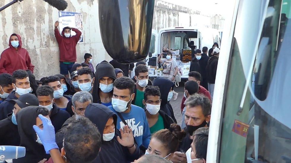 Inmigrantes desalojados del muelle de Arguineguín parten en autobuses para la delegación del Gobierno en Las Palmas de Gran Canaria.