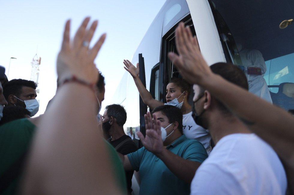 Entre 200 y 250 inmigrantes marroquíes que se encontraban en el muelle de Arguineguín han sido conducidos por la Policía fuera del campamento de la Cruz Roja.