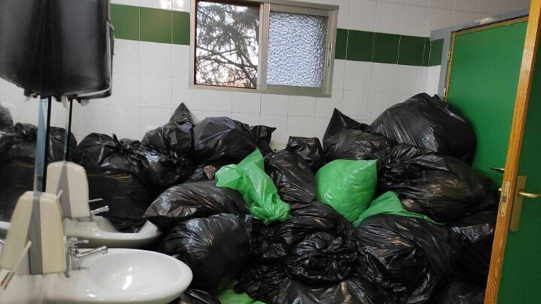 Bolsas con residuos COVID en el baño de la residencia de mayores de Navalcarnero