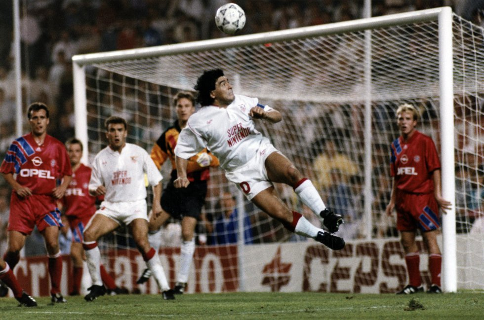Diego Maradona, en un partido con el Sevilla.