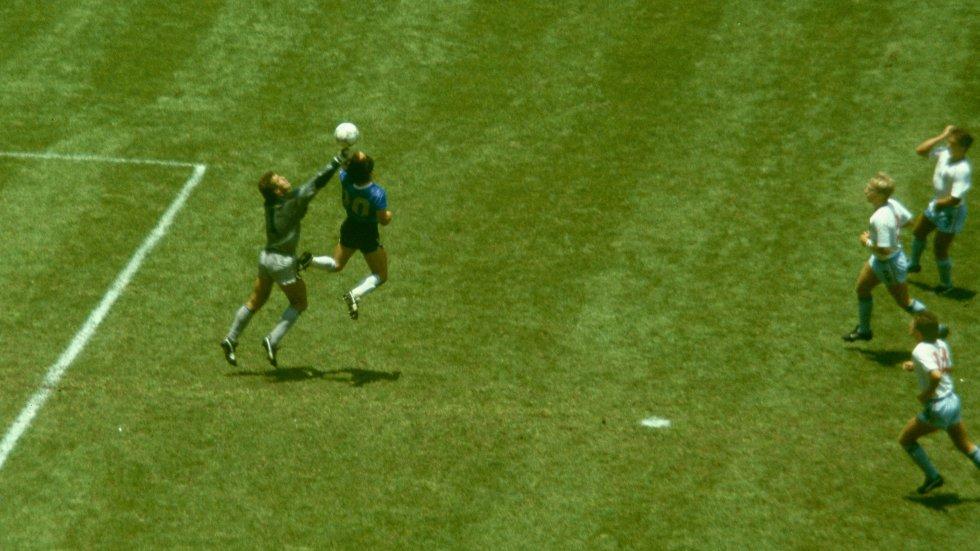 """Diego Maradona saltó junto al portero Peter Shilton para marcar el gol conocido como """"la mano de Dios"""" frente a Inglaterra en los cuartos de final del Mundial de 1986 en el Estadio Azteca de México."""