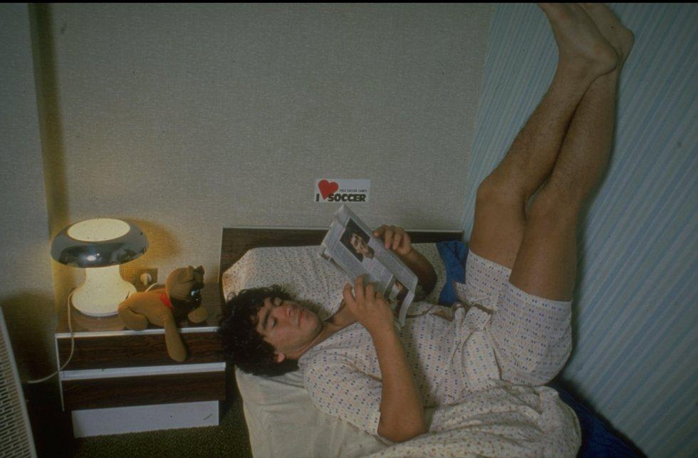 Maradona, descansando en su habitación en 1980.
