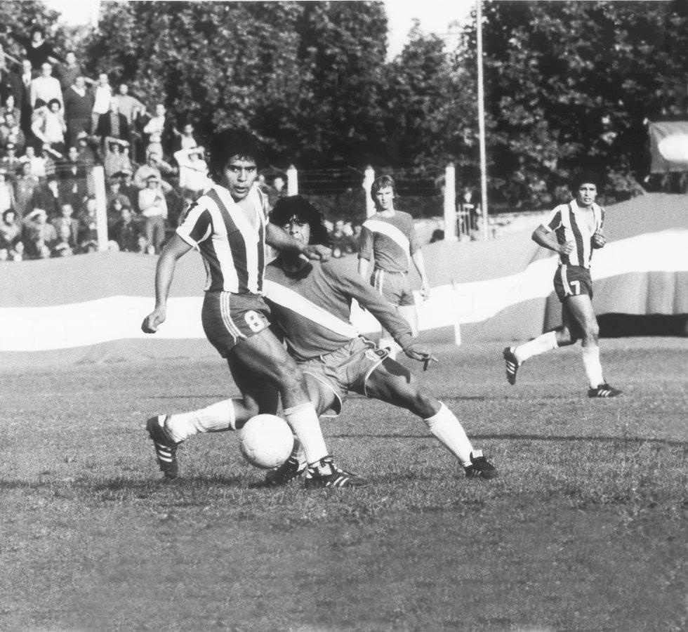 Diego Maradona, con la camiseta de Argentinos Juniors, en un partido frente a Talleres, en 1976, en Buenos Aires.