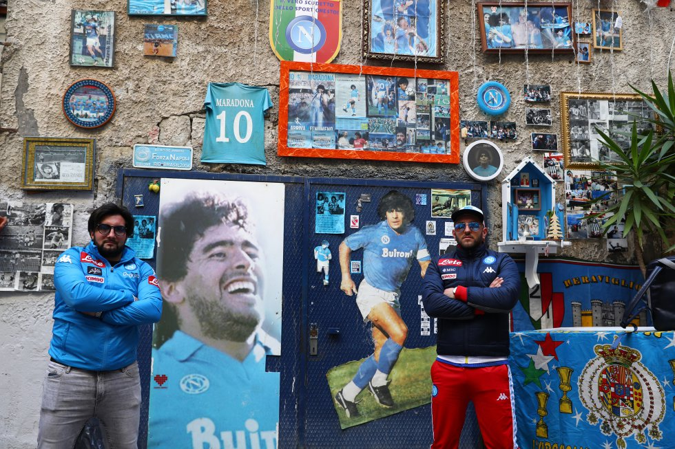 Seguidores del Nápoles, retratados en 2020 frente a un altar dedicado a diego Armando Maradona.