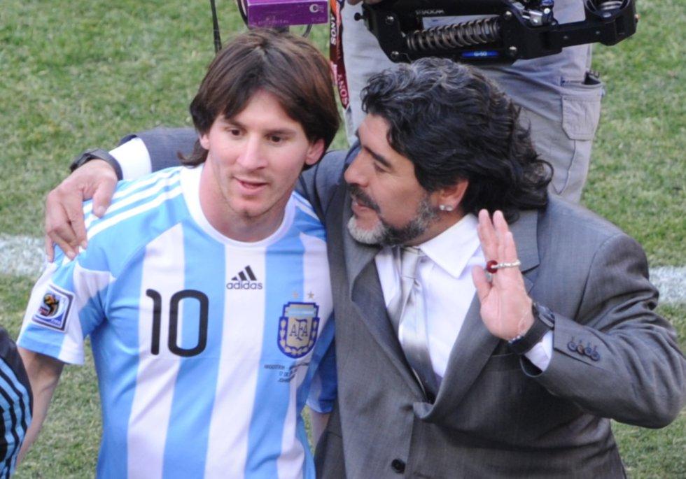 Diego Maradona, en su época como seleccionador argentino, junto a Leo Messi, tras un partido del Mundial de Sudáfrica 2010 entre Argentina y Corea del Sur.