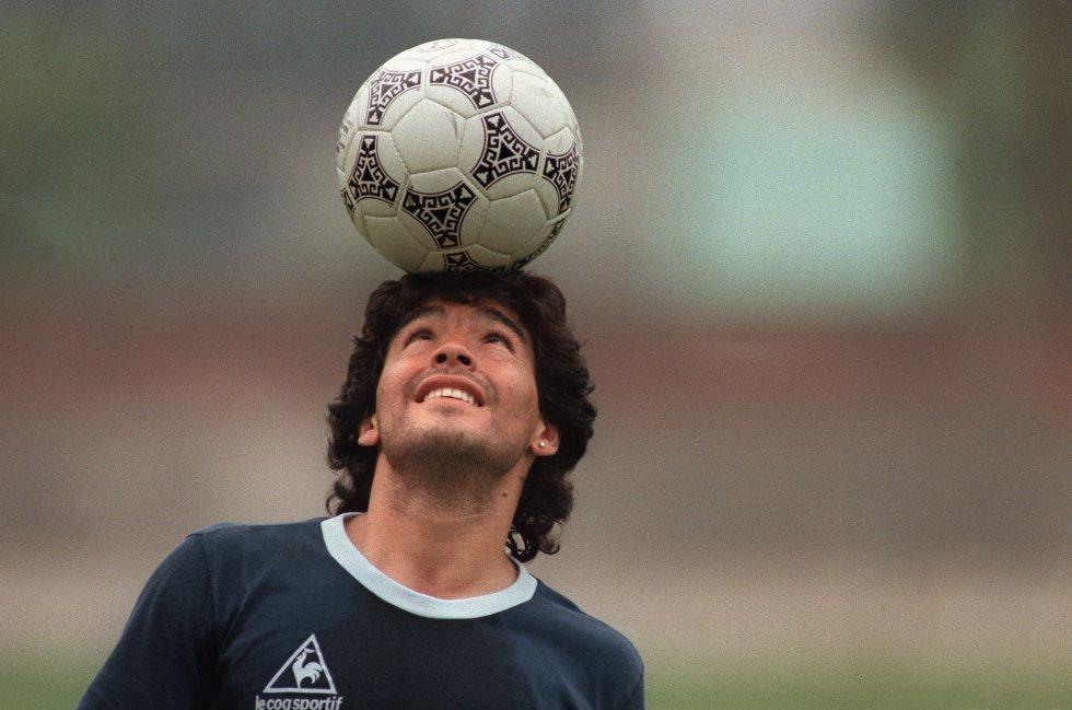 Diego Maradona, haciendo malabarismos con el balón antes de un partido de la selección argentina, el 22 de mayo de 1986, en México.