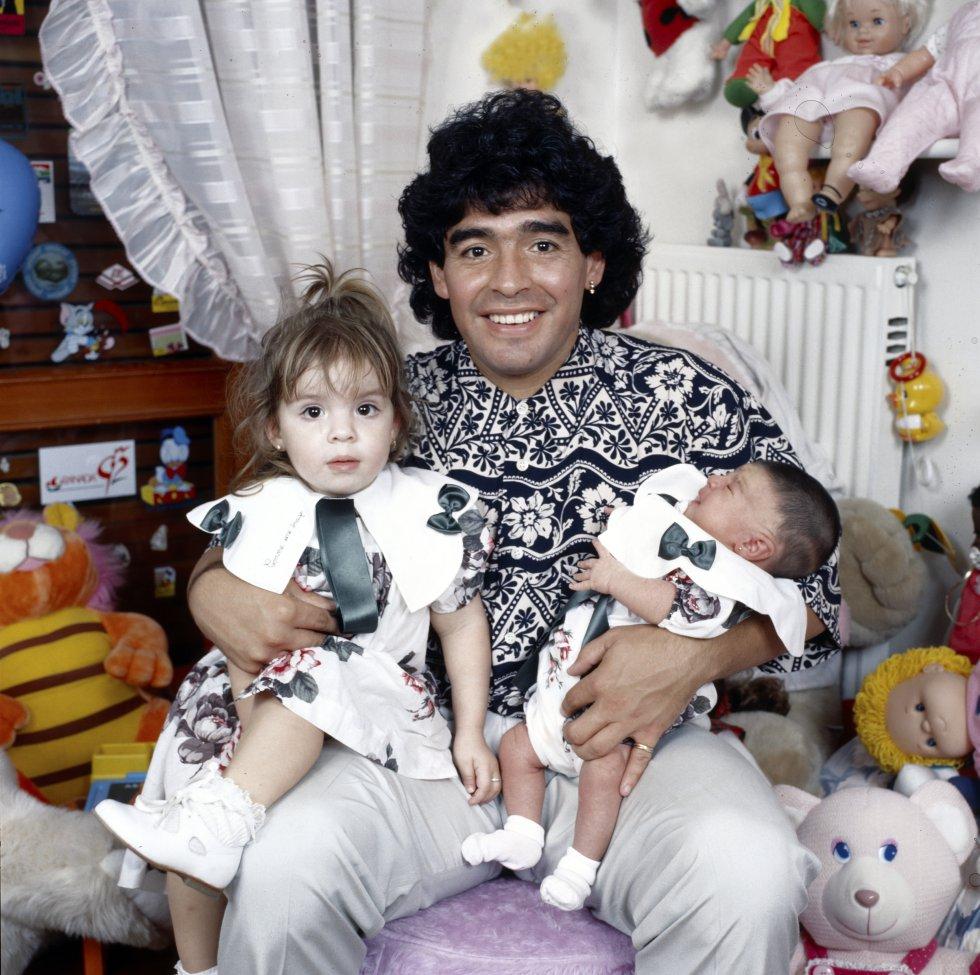 Diego Armando Maradona, con sus hijas Dalma y Giannina en brazos, en Italia en 1989.