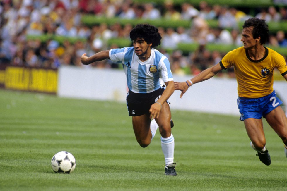 Diego Maradona se va del brasileño Leandro en un partido entre Argentina y Brasil celebrado en el estadio de Sarrià durante el Mundial de España 82.
