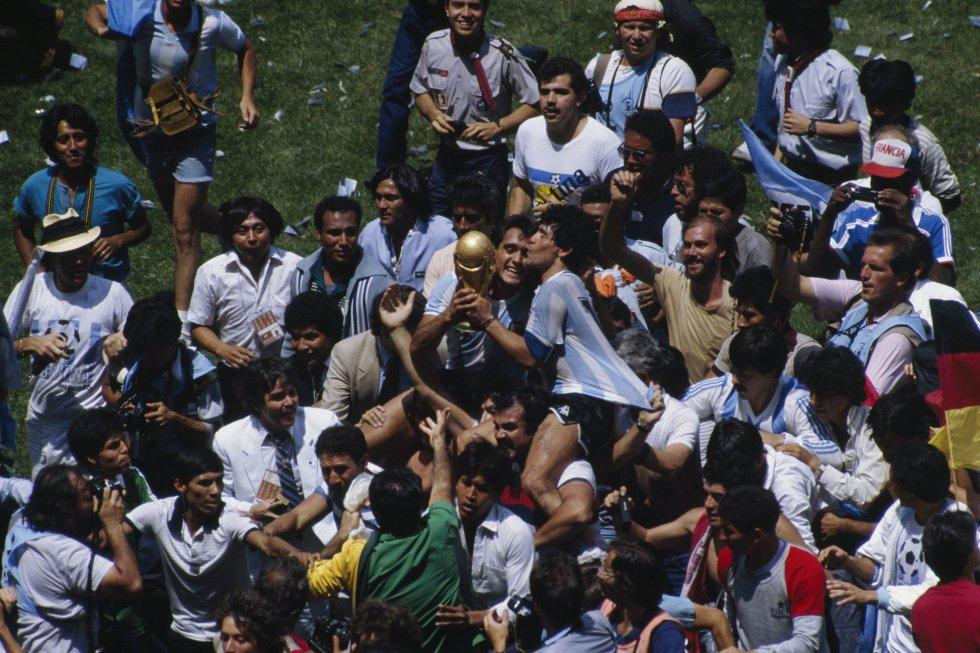 Diego Maradona, celebrando la victoria en la final del Mundial de México'86 ante Alemania.