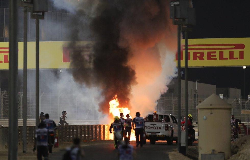 Intentan apagar el incendio provocado por el accidente de Grosjean