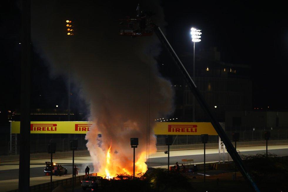Intentan apagar el incendio provocado por el accidente de Grosjean, en este momento Grosjean sigue dentro del coche