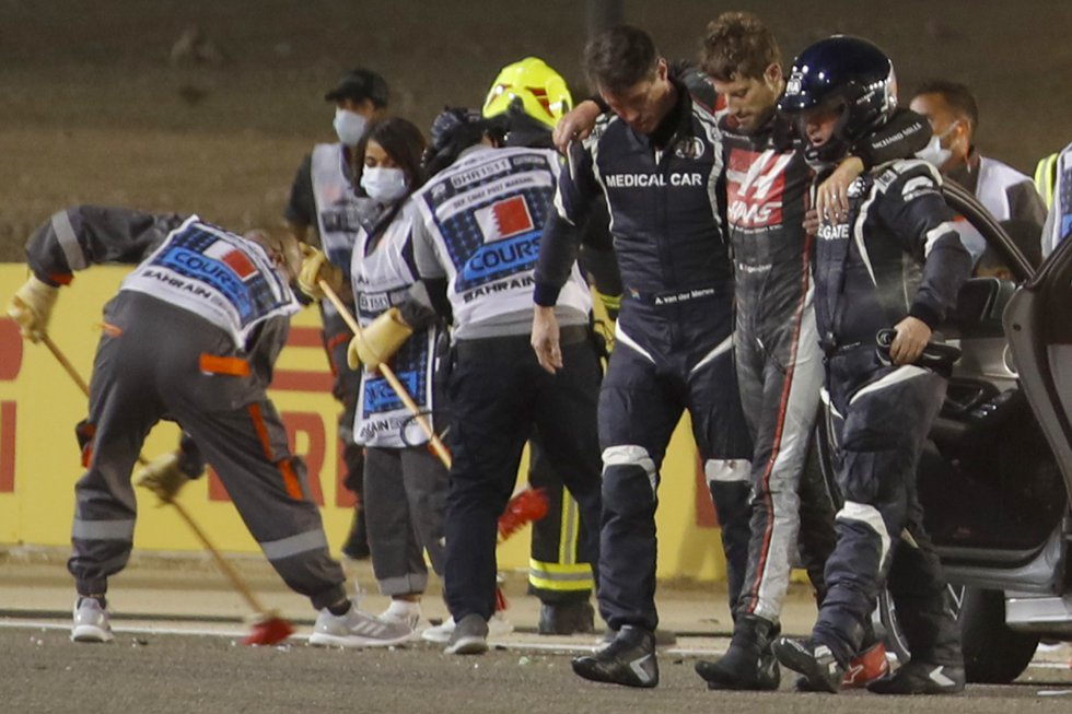 Grosjean se dirige a la ambulancia por su propio pie tras el grave accidente