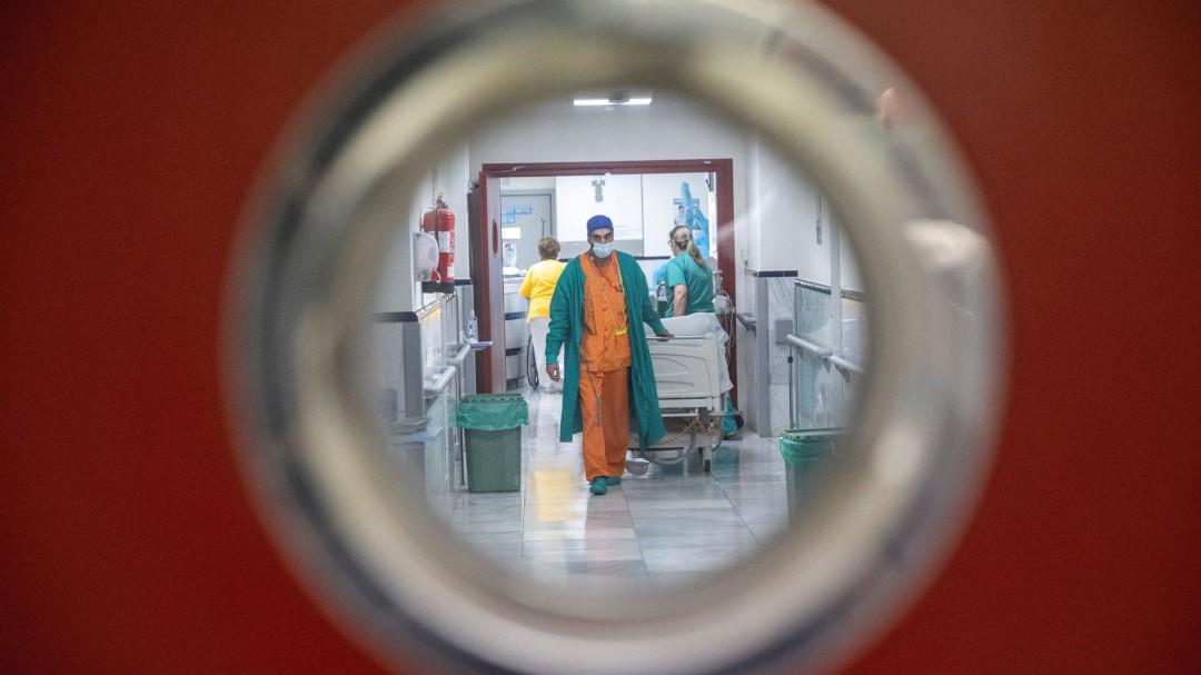España baja de los 300 casos de incidencia tras registrar 19.979 nuevos contagios este fin de semana