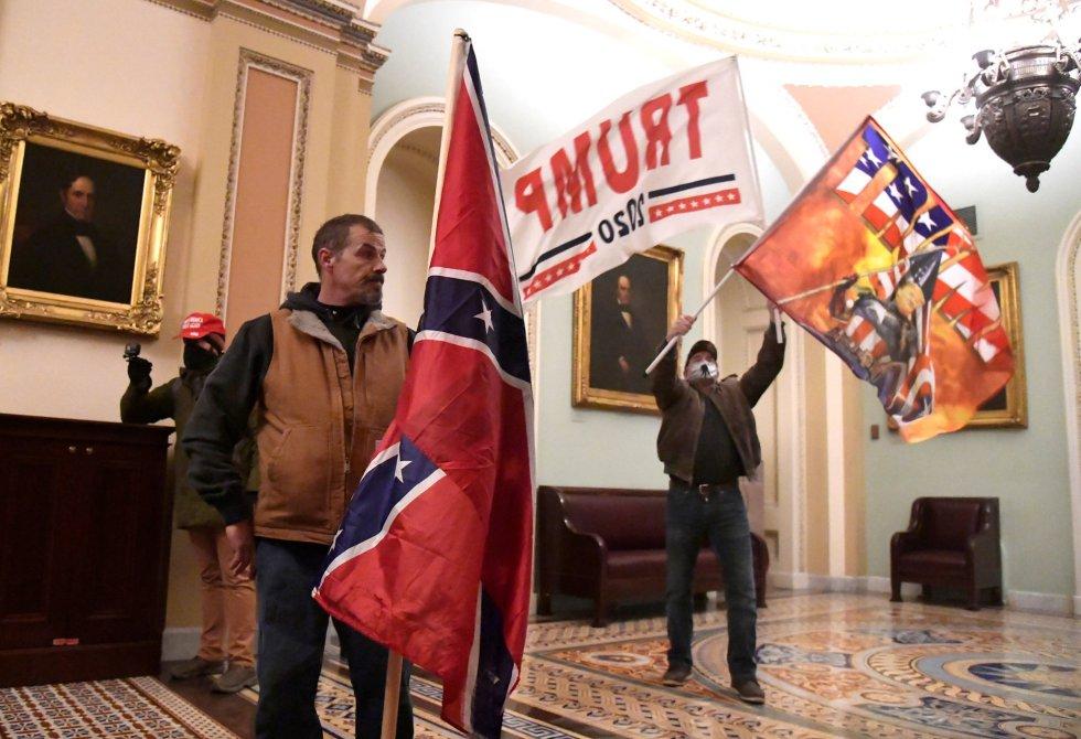 Seguidores de Trump en la segunda planta del Capitolio, cerca del acceso al Senado.