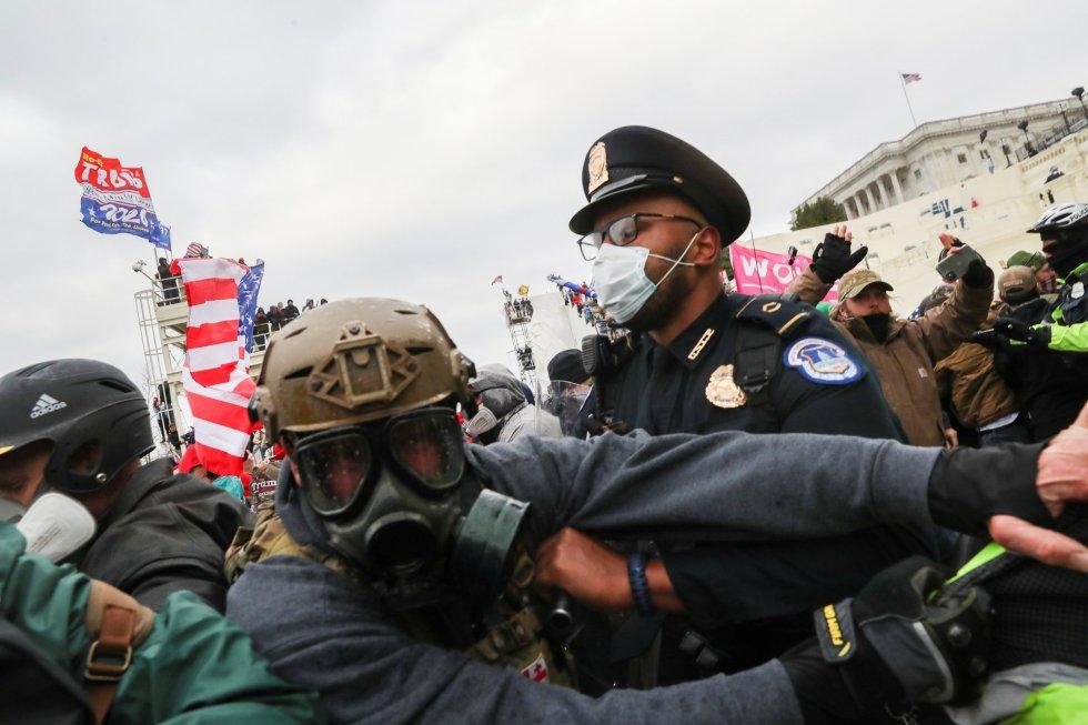 Seguidores de Trump enfrentándose a la policía.
