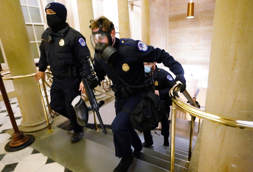 Agentes de la policía toman posición en el interior del Capitolio durante el asalto de los seguidores de Trump.
