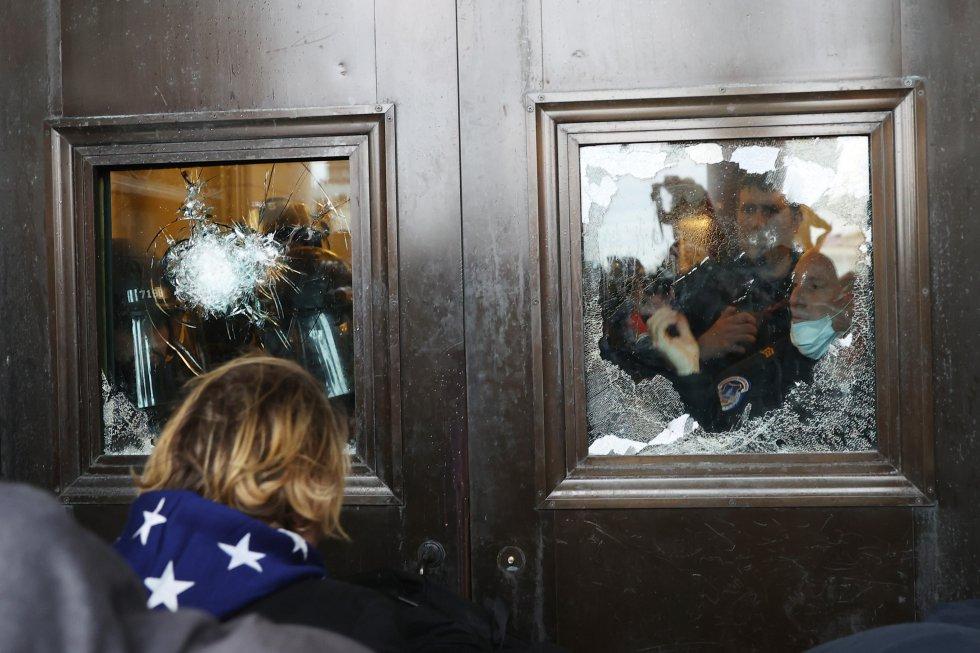 Cristales rotos dentro del edificio del Capitolio durante el asalto de los defensores de Trump.
