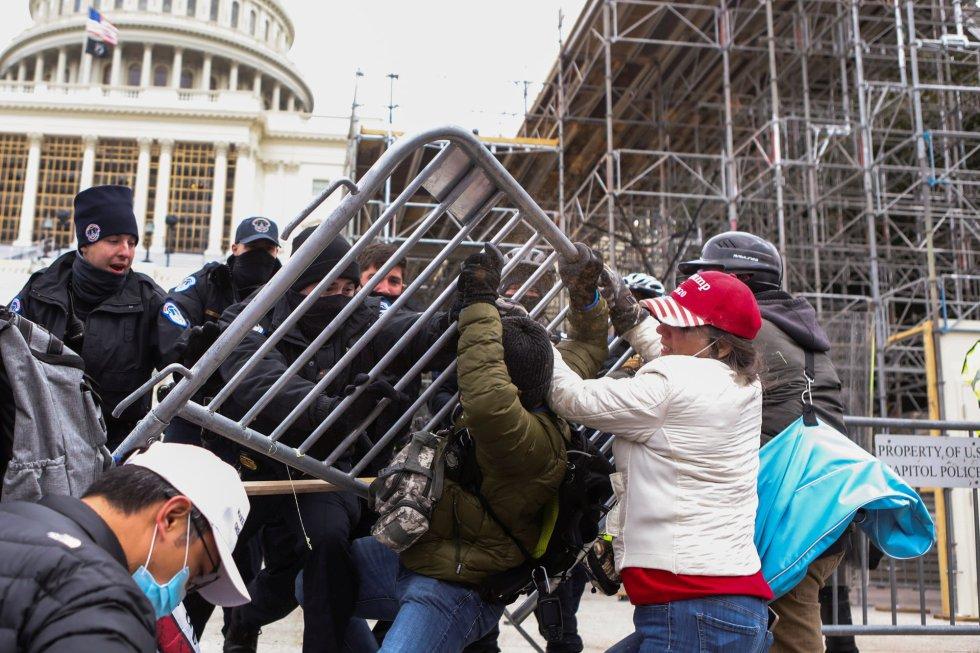 Los defensores de Trump han usado vallas para asaltar la sede de la democracia de los Estados Unidos.