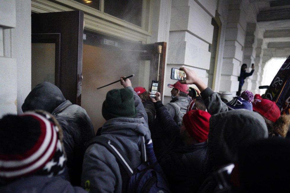 Algunos de los violentos que han logrado entrar en el Capitolio.