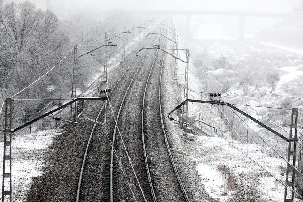 Vías del tren con nieve tras el paso de la borrasca Filomena, en Madrid.