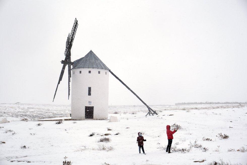 Una gran nevada cae sobre Campo de Criptana, en Castilla-La Mancha (España).