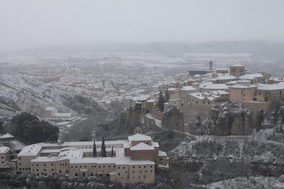 Una gran nevada cae sobre Cuenca.