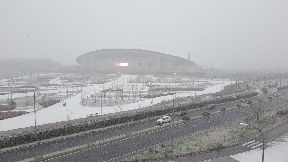 El Wanda Metropolitano en Madrid, cubierto por la nieve.