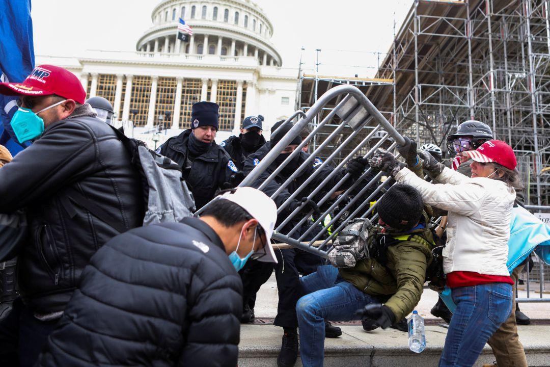 Enfrentamientos entre los manifestantes y la policía en los alrededores del Capitolio