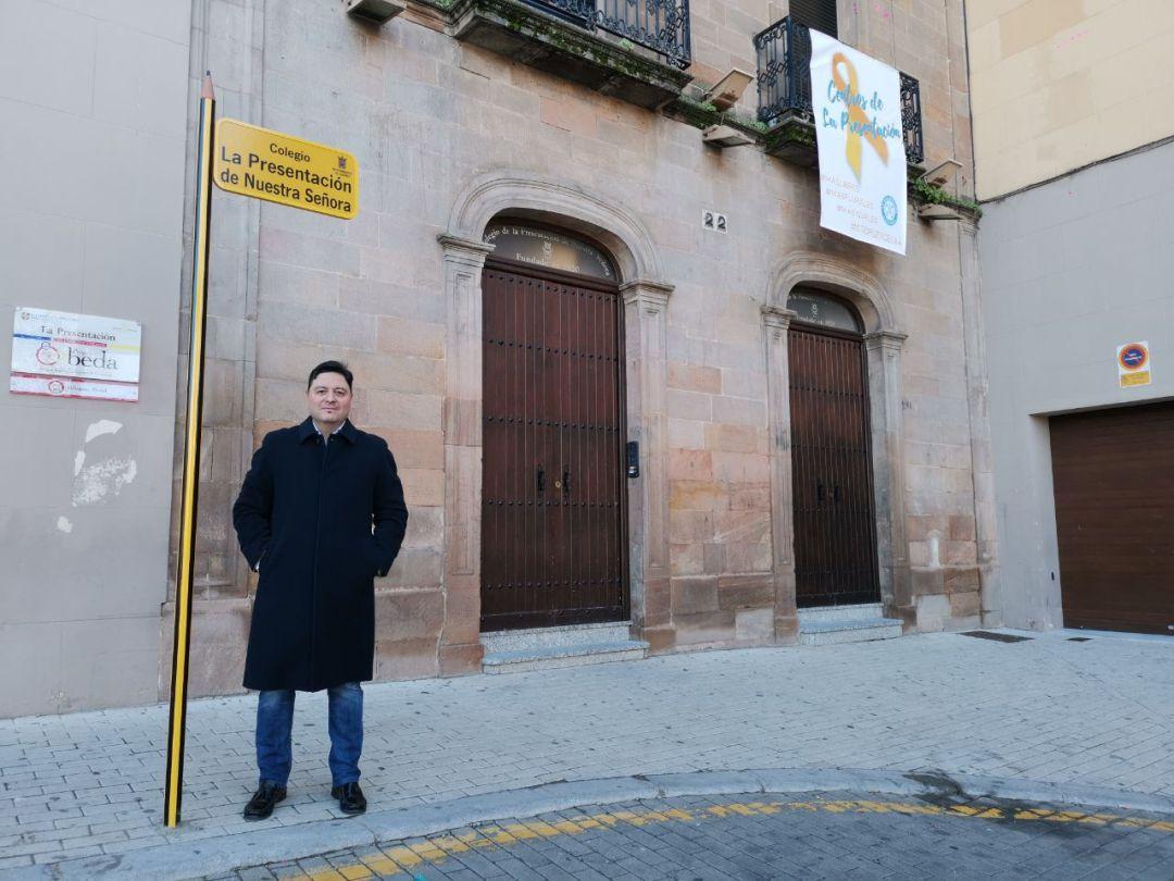 José Luis Roldán junto a una de las señales con forma de lápiz instaladas en colegios de Linares.