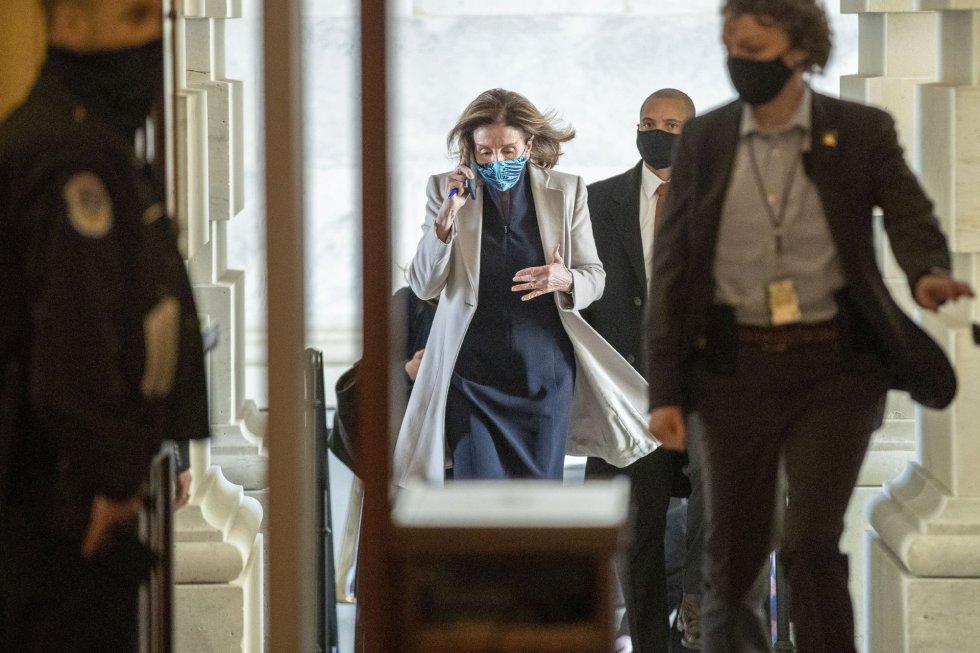 La presidenta de la Cámara de Representantes, Nancy Pelosi, entra al Capitolio entre las extremas medidas de seguridad