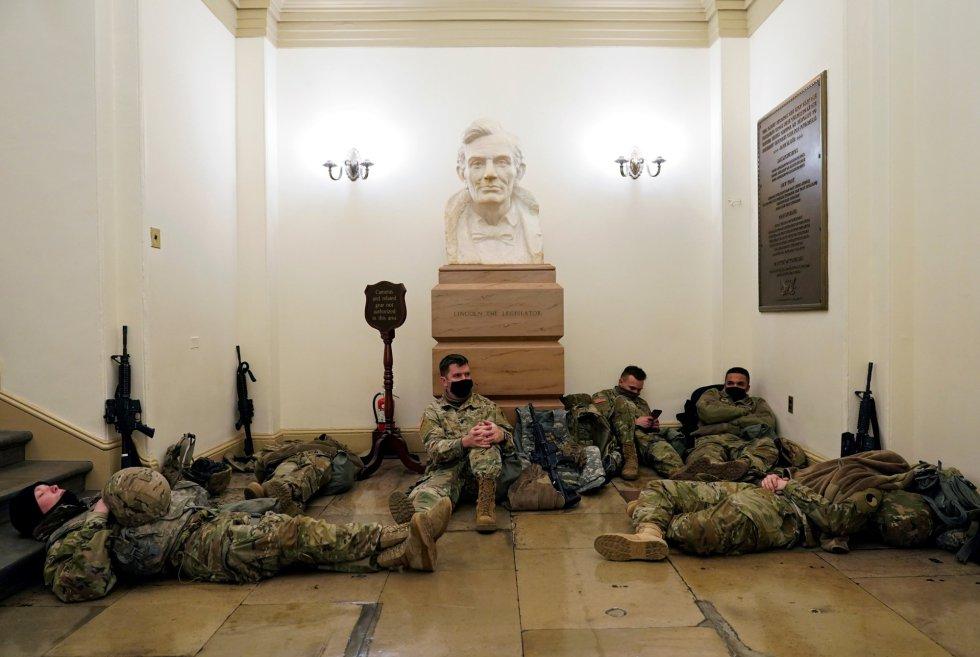 Esta semana, el jefe de la Oficina de la Guardia Nacional de Estados Unidos, el general Daniel Hokanson, ha anunciado que han recibido autorización para el despliegue de 15.000 militares para la toma de posesión del presidente electo del país, Joe Biden, el 20 de enero