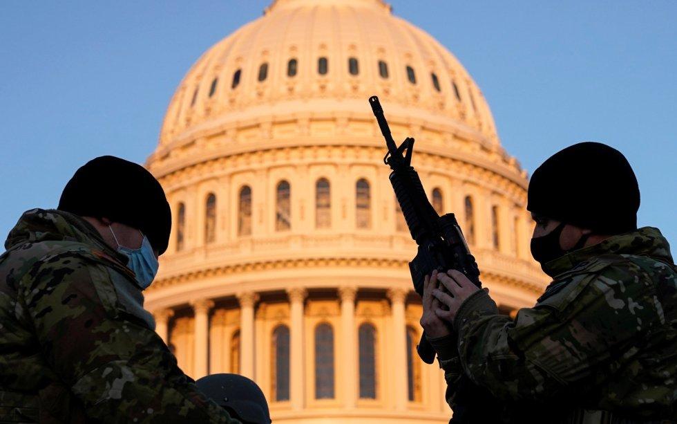 Miembros de la Guardia Nacional recibiendo armas en las inmediaciones del Capitolio de Washington