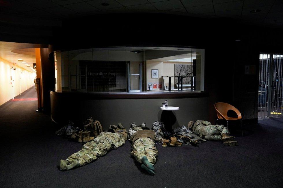 Militares de la Guardia Nacional duermen en el 'Dirksen Senate Office Building' horas antes del comienzo del impeachment a Trump