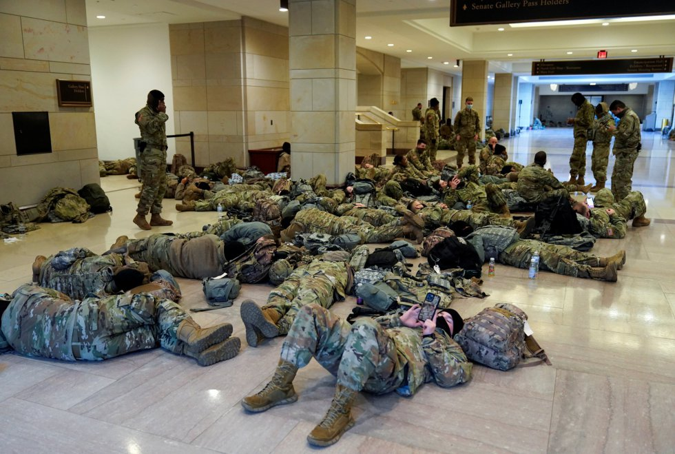 Los pasillos del Capitolio, por los que circulan congresistas y senadores de EEUU, tienen actualmente esta estampa: decenas de militares de la Guardia Nacional en cada esquina