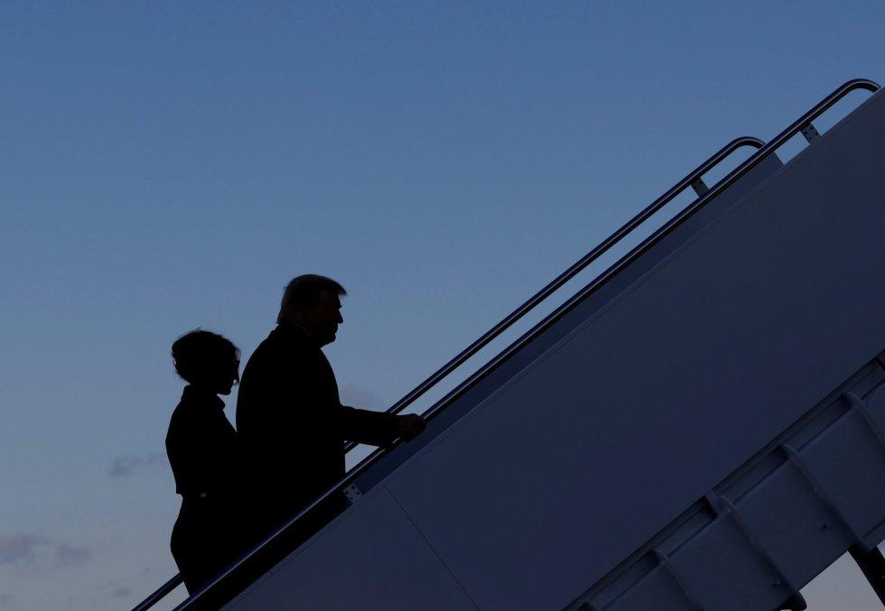 Donald Trump sale junto a Melania Trump de la base Andrews, en Maryland.