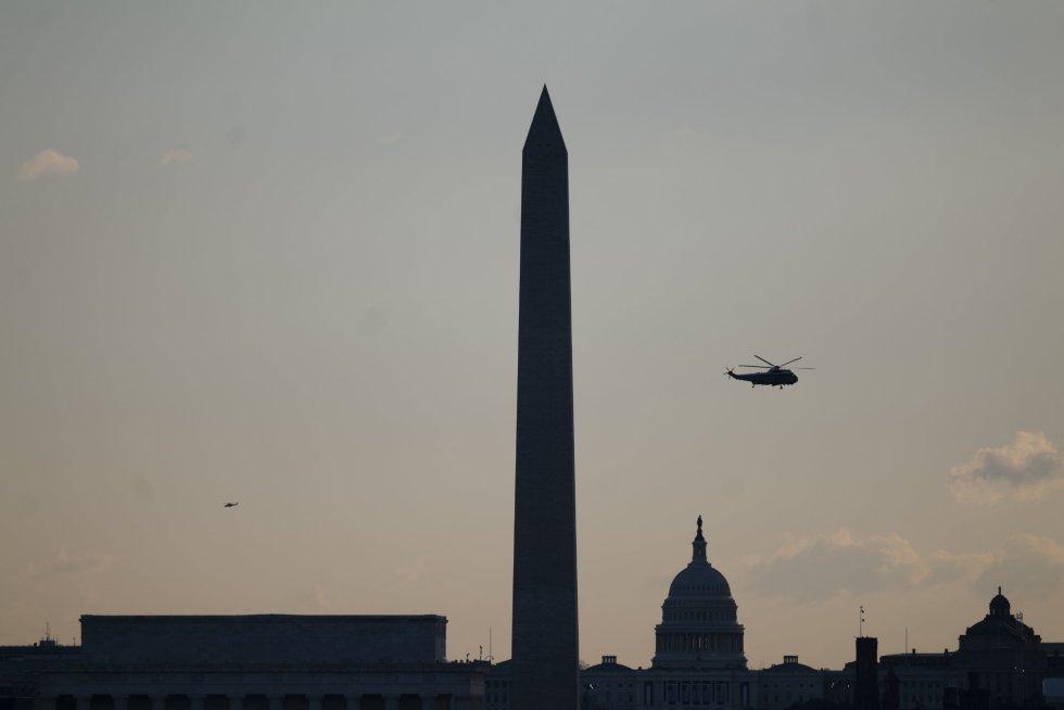El helicóptero Marine One con Donald Trump sobrevuela el Capitolio. Es su salida de la Casa Blanca tras cuatro años de Presidencia.