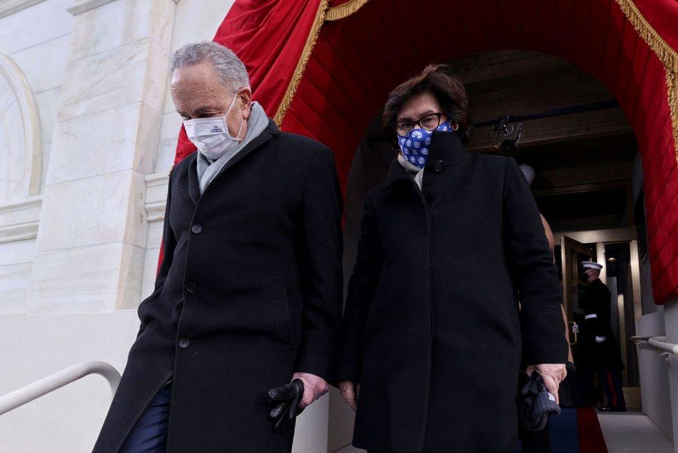 El senador Chuck Schumer (D-NY) y su mujer Iris Weinshall llegan al acto de investidura de Biden.