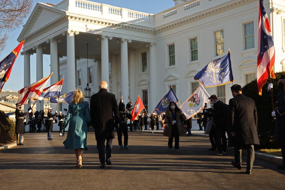 Joe Biden y su esposa se dirigen a la Casa Blanca.